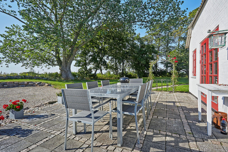 Dejlig terrasse med grill og spiseplads.jpg