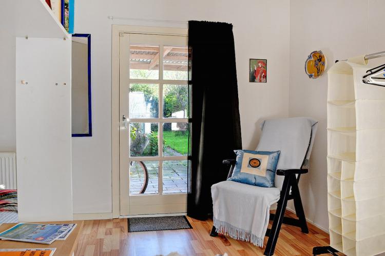Udgang fra det ene værelse direkte til haven.jpg