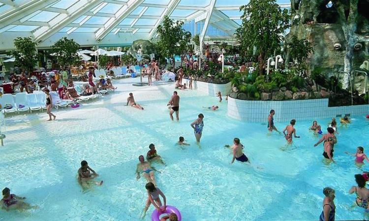 Lalandia i Rødby - badeland folk bader.jpg