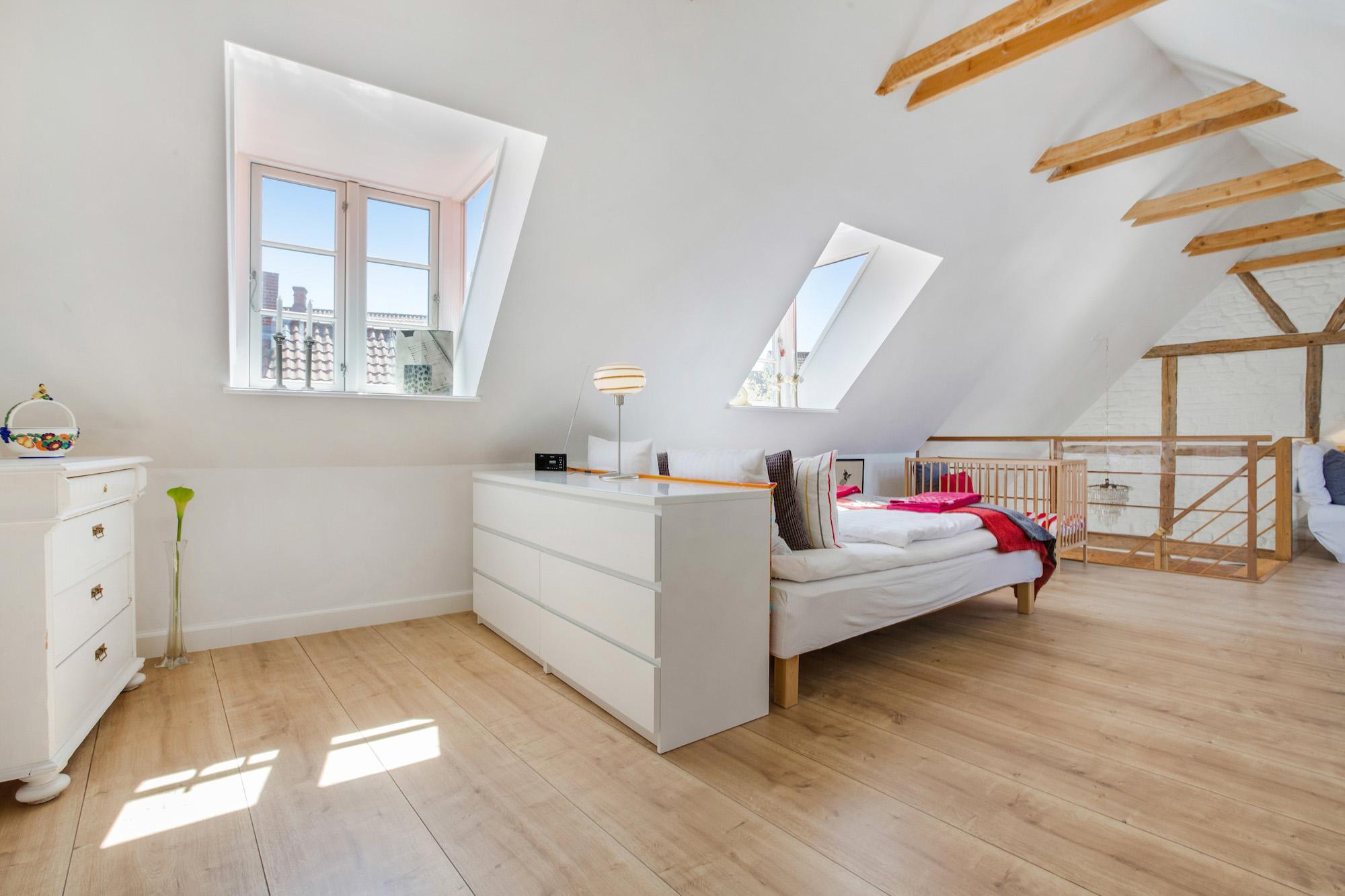 Soveværelse med 2 kvistvinduer.jpg