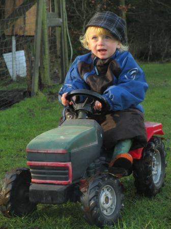 Marius på traktor.JPG
